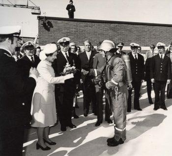 Kuningatar Elisabet vierailee sankarihaudoilla Helsingissä