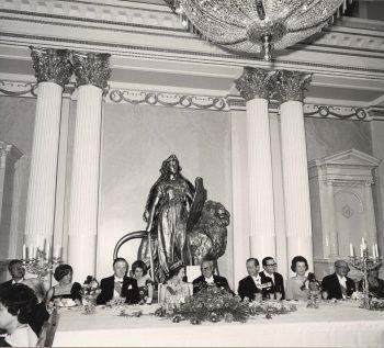 Iltapukuloistoa ja diplomatiaa – kuningatar Elisabet Presidentinlinnassa