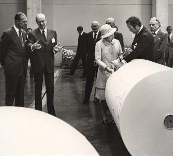 Kuningatar Elisabet tutustuu suomalaiseen teollisuuteen